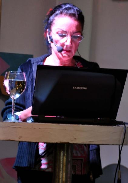 07. Natascha zeigte viele Fotos und  Zeichnungen von Gupta