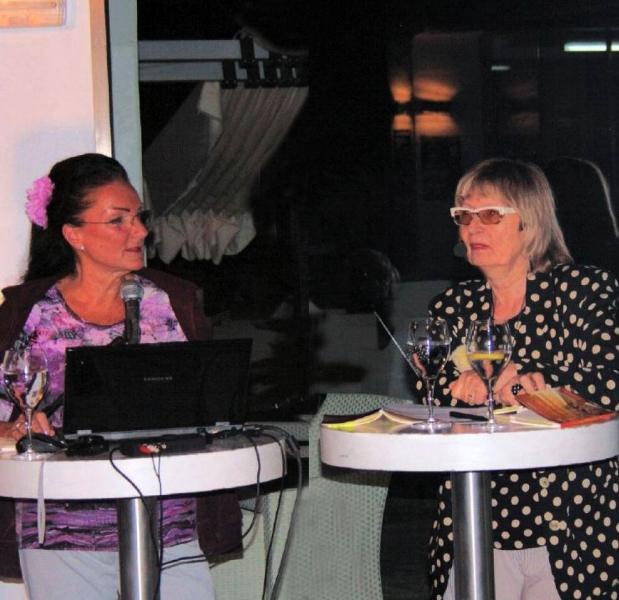 13. Zwei Freundinnen die Organisatorin und die Autorin