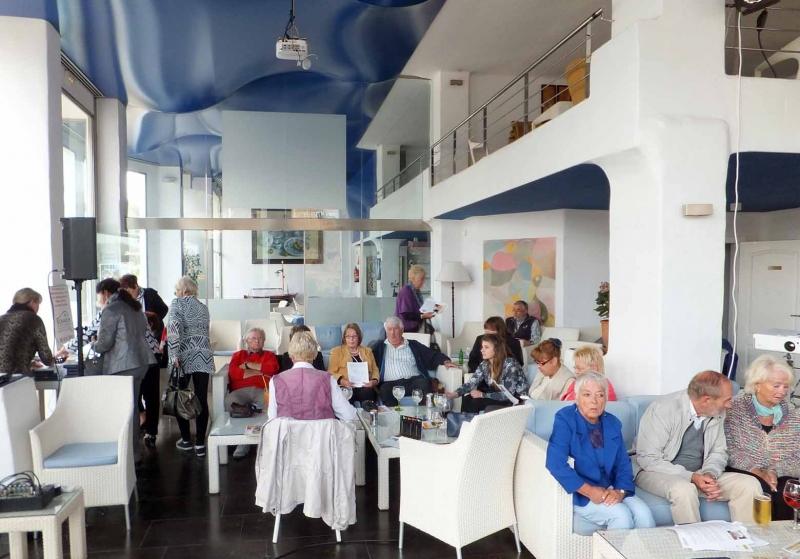 02. Langsam fuellt sich das Cafe del Mar