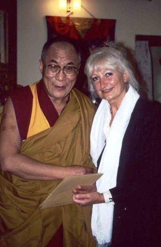 8_ Dr_ Gudrun John mit dem Dalai Lama _2_