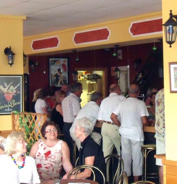 2. Auch die Bar war besetzt