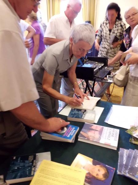 6. Beim signieren der Bücher
