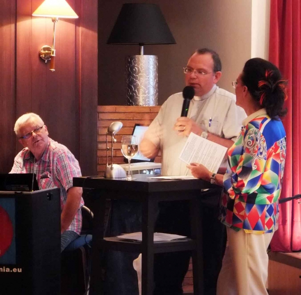 07. Pfarrer Delbrück im Gespräch m. Natascha, li. Pit May Technik