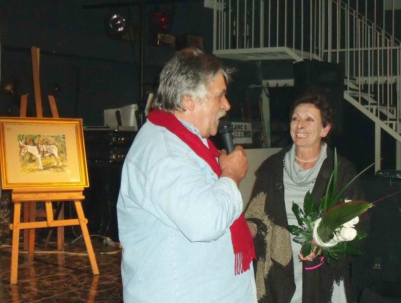 7. Alex dankt seiner Frau mit Blumen