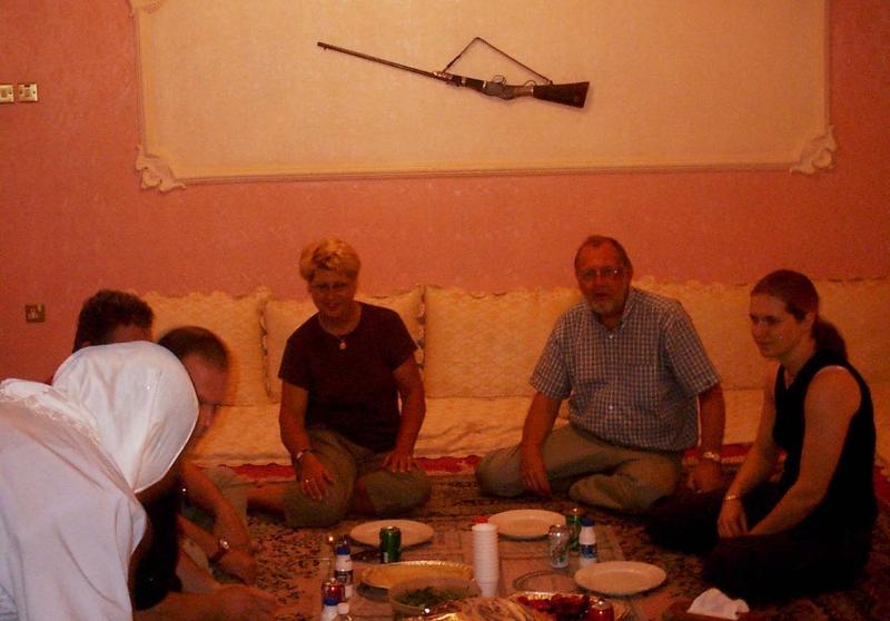 08. Heidrun und Ehemann bei orientalischer Einladung