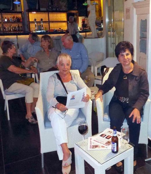 04. Zwei charmante Autorinnen im Publkum