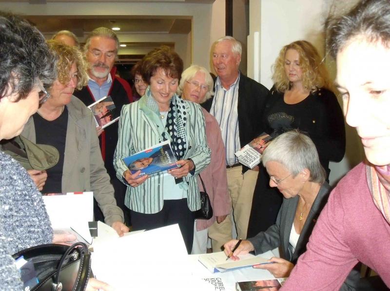 09. Frau Dr. Krone-Schmalz beim Signieren.