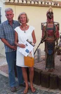 Gäste bei der großen Keramikfigur Boabdil