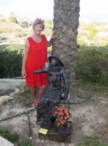 Verena mit einer ihrer Skulpturen kl