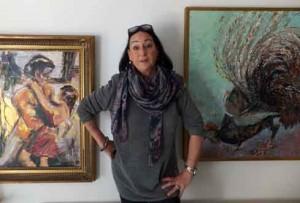 Romy Köster zwischen ihren Bildern